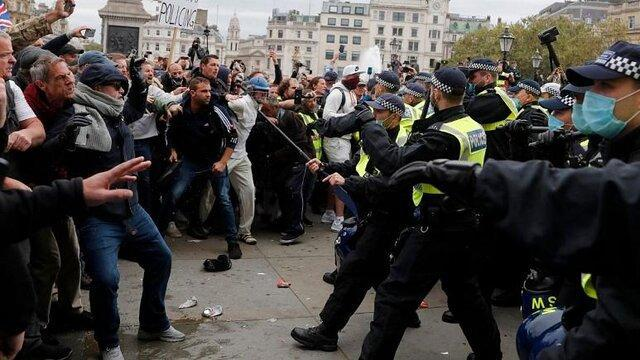 درگیری میان پلیس انگلیس و معترضان به وضع محدودیت های اجتماعی در لندن