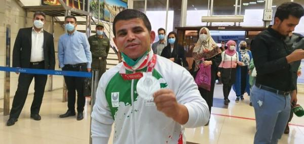 اشک های مادر مدال آور خوزستانی پارالمپیک توکیو در مراسم استقبال